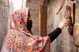 Photo-08-A-woman-knocking-the-door-in-Old-Sana'a